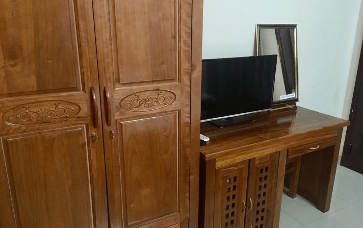 ベトナムIT留学のホテルのテレビと机とクローゼット