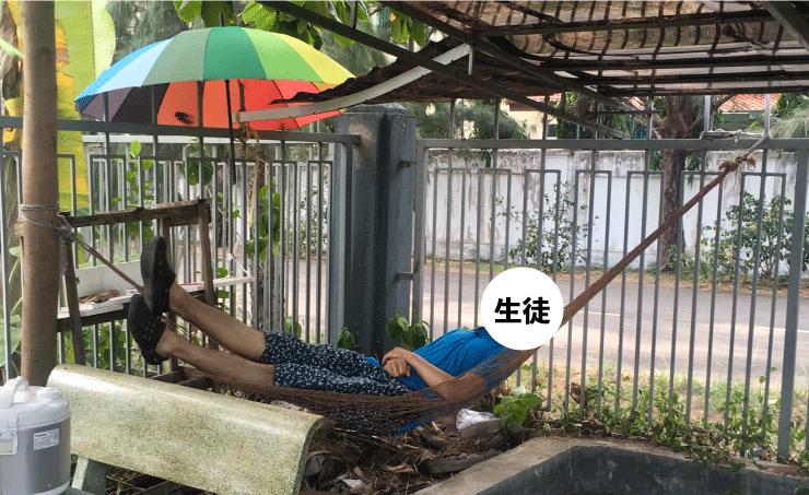 Asian Techのハンモックで休憩する生徒