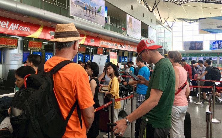 ダナン空港でチェックインに並ぶ