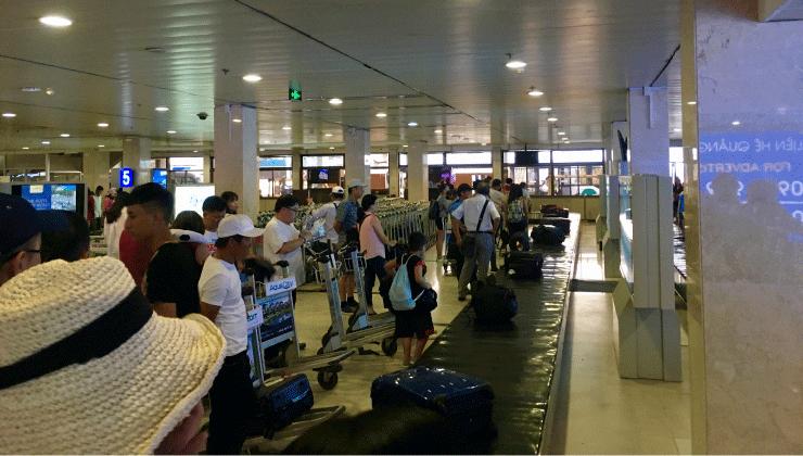ホーチミン空港で荷物のピックアップ
