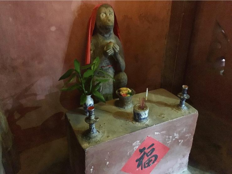 ベトナムの観光地ホイアンの来遠橋(日本橋)の猿
