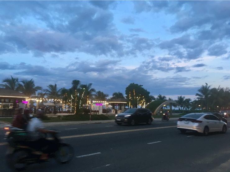 ベトナム、ダナンのニーケビーチ近くのホリディビーチ