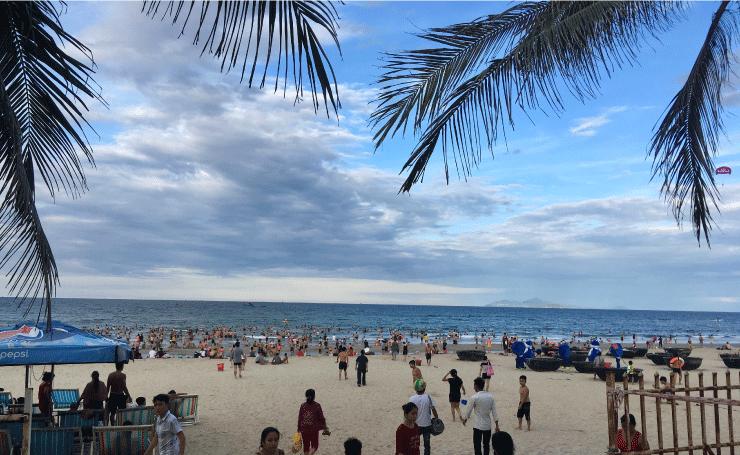 ベトナム、ダナンのニーケビーチは夕方には人がたくさん