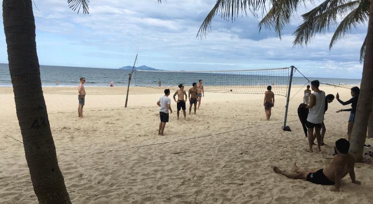ダナンのニーケビーチでビーチバレー