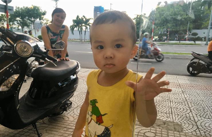 SIMカードを買いにいく途中に出会ってついてきた少年