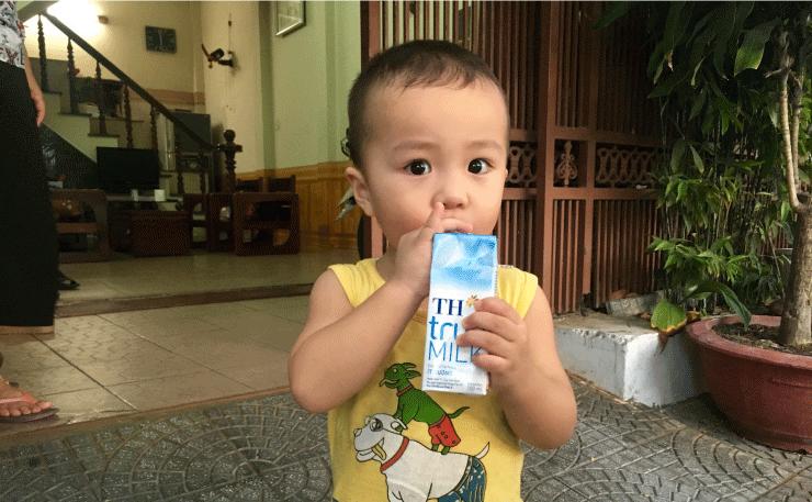 SIMカード購入までの道で遊んだ少年