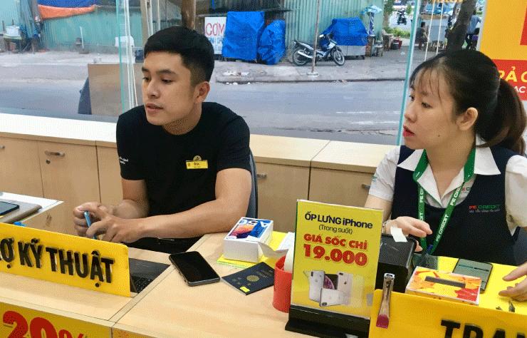 ベトナム、ダナンでSIMカード購入のために店員さんと話す