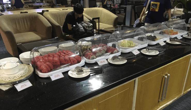 ホーチミンの空港ラウンジORCHID LOUNGEのデザートやフルーツ